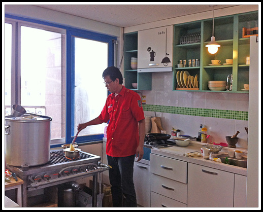 Owner, Han Chang-guk, cooks in the kitchen