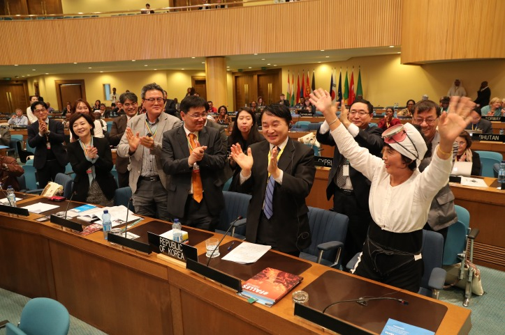 Jeju Special Self-Governing Province's Governor Won Heeryong (center) and other delegates celebrate with a women diver after learning of the UNESCO inclusion on Dec. 1.